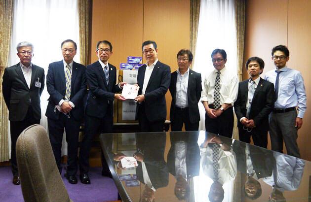 和歌山県庁本館3階の特別会議室で寄贈式